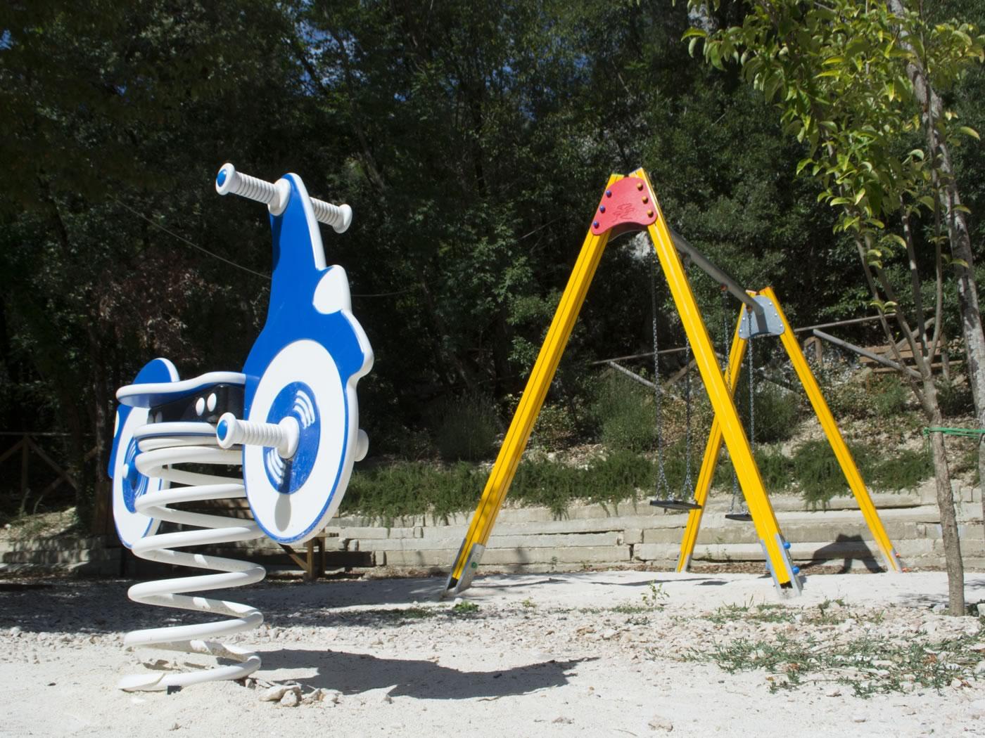 parco giochi sassovivo altalena